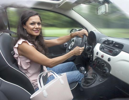 Afbeelding van een hard rijdende mevrouw die naar de camera kijkt en niet op let. Waarschijnlijk heeft de mevrouw gedronken.