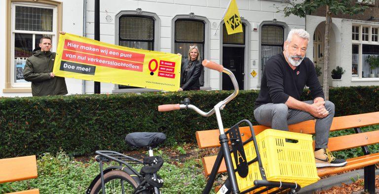 """Twee mensen van KR Communicatie houden een spandoek vast met """"Hier maken wij een punt van nul verkeersslachtoffers - doe mee"""""""
