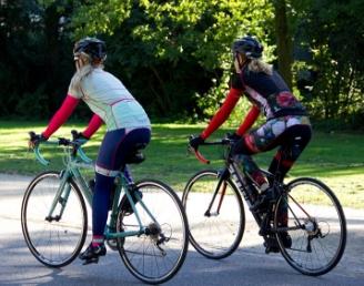Een wielrennend paar rijdt op racefietsen