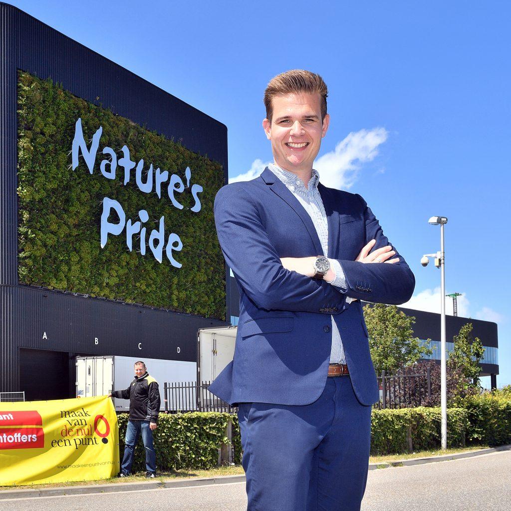 Twan de berk staat vol trots voor Nature's Pride.